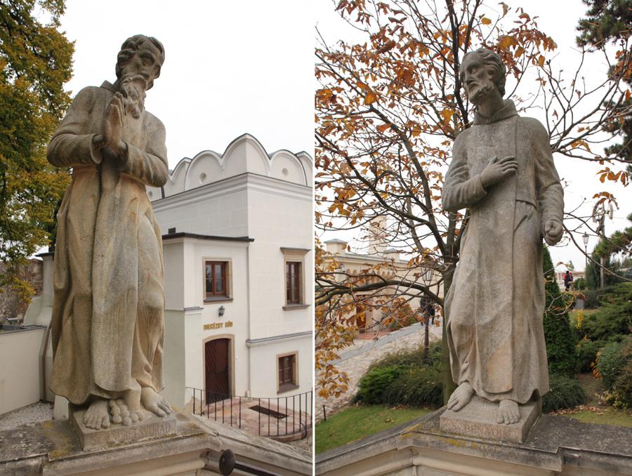 András és Benedek barokk szobrai a nyirai székegyeházhoz nyugatról vezető lépcsőnél