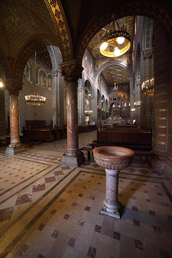 A székesegyház belső tere nyugatról