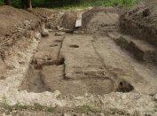 A nyugati kolostorszárny maradványai, az Árpád-kori faépületek cölöplyukaival a 2003/8. szelvényben