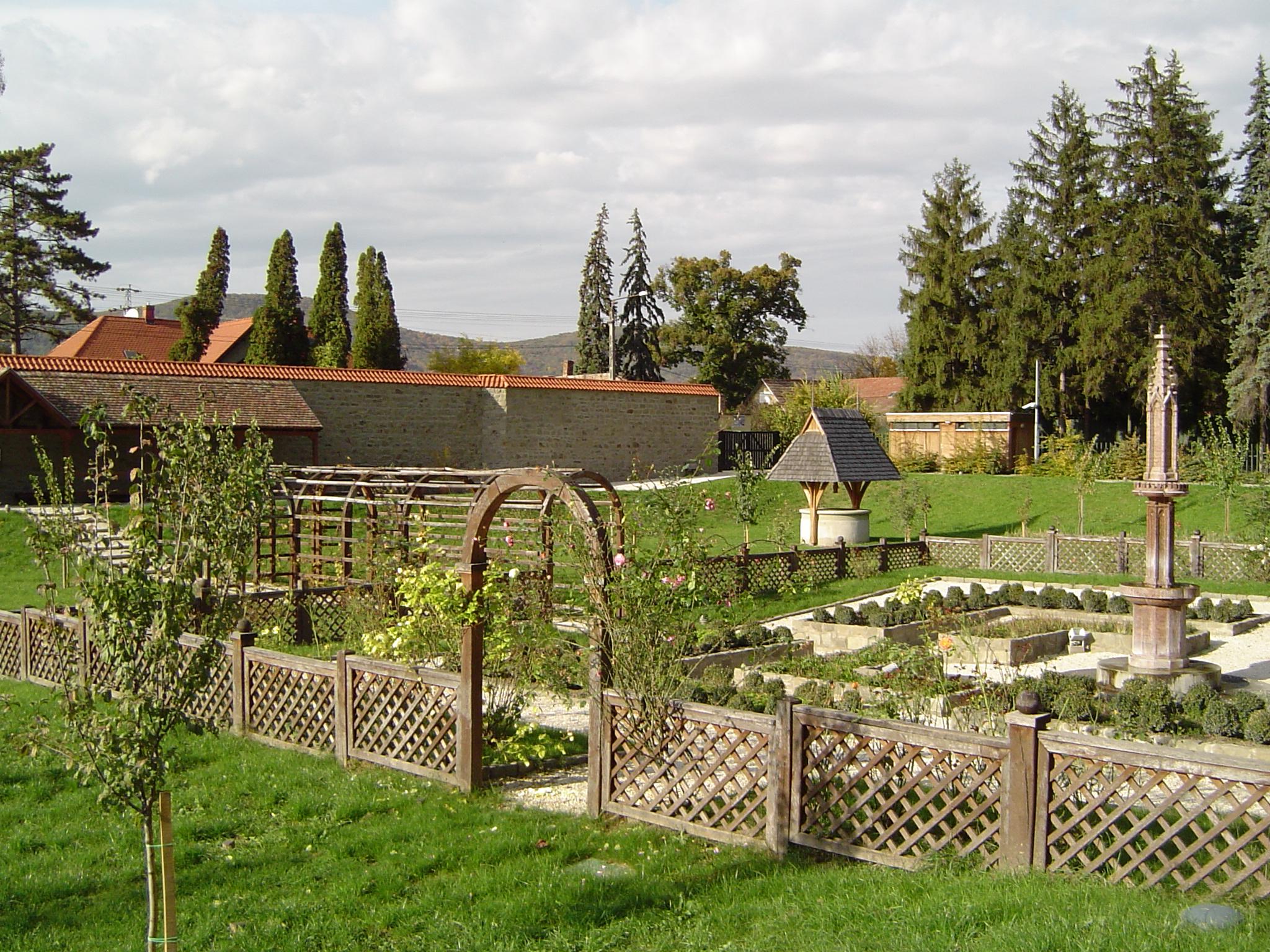 A visegrádi kert a műemléki helyreállítás után 2005-ben