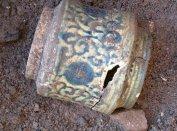 Az ornamentális díszű albarelló megtalálása (fotó: Kováts István)