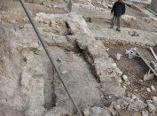 Az Aranyos Mária kápolna romjai és a környező falmaradványok északnyugat felől