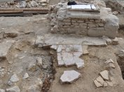 Az Aranyos Mária kápolna in situ lábazata, és alatta a korábbi épület vörösmárvány padlójának maradványa