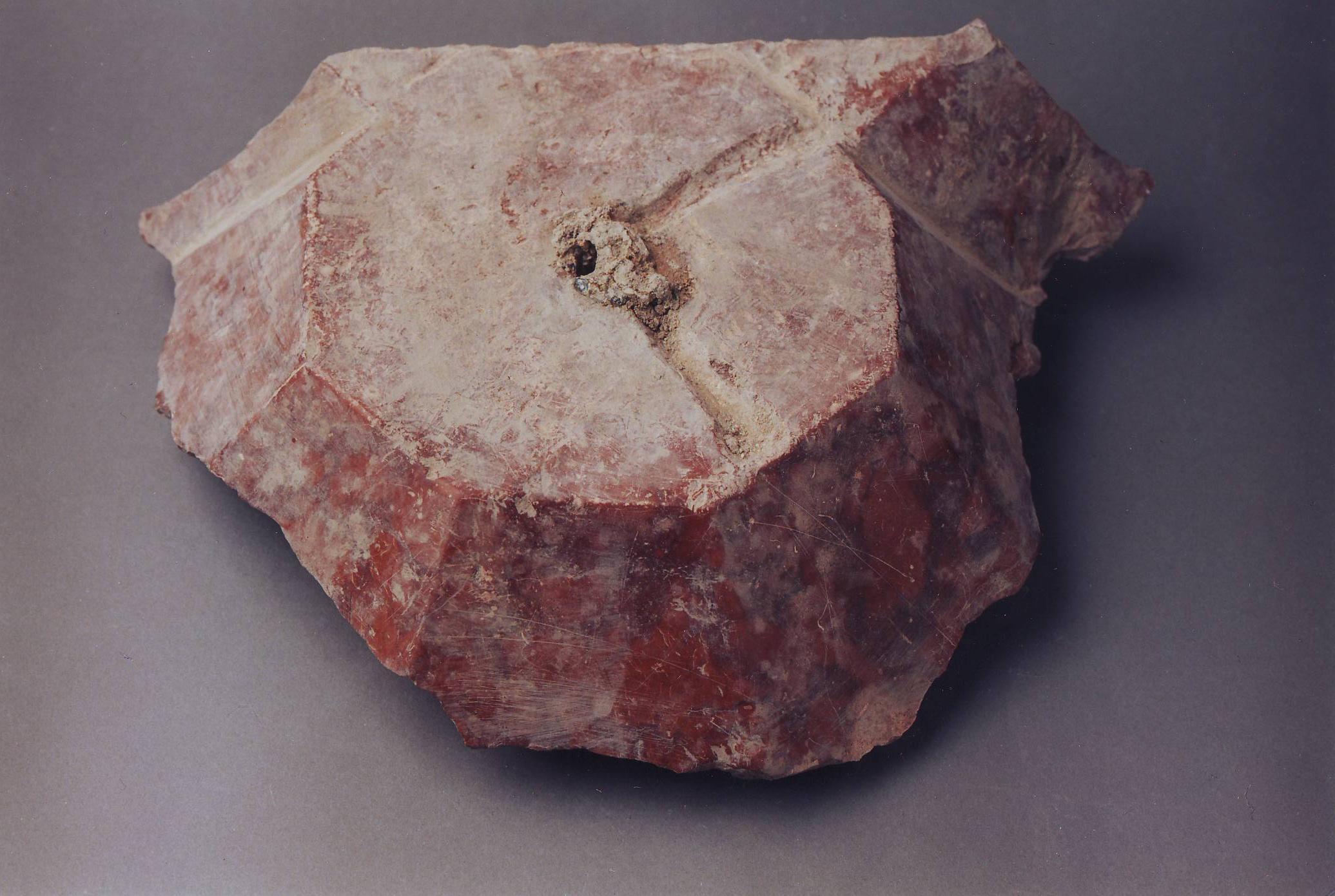 Baldachinos síremlék tumbapárkány-saroktöredéke a székesfehérvári Szent Katalin kápolna 2. sírjából (Biczó Piroska nyomán)