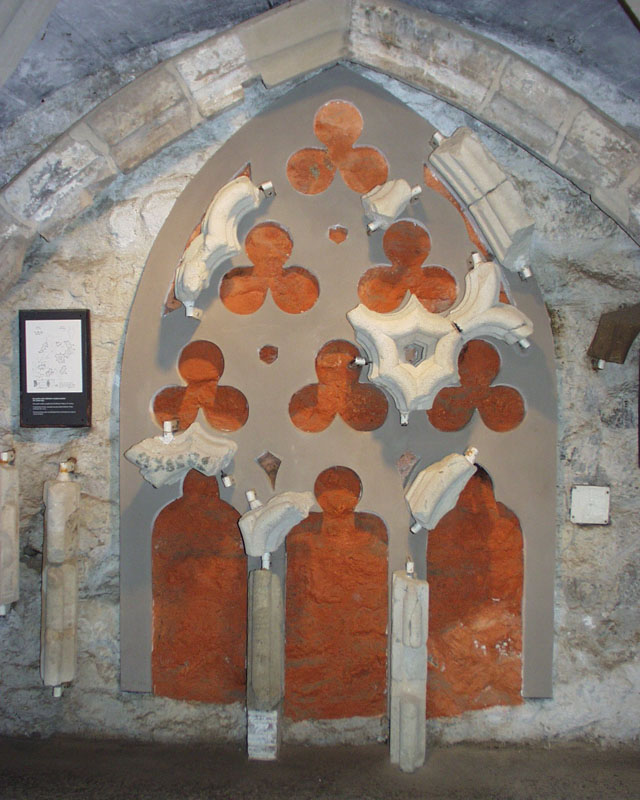 A székesegyház XIII. századi ablakmérműve az Egri Vármúzeum kiállításán
