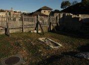 A nyugati nézet, a püspök sírhelyével