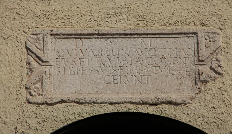 A szarkofág befalazott lapja az abasári templom nyugati homlokzatán